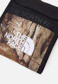The North Face - BOZER NECK POUCH UNISEX - Axelremsväska - kelp tan forest floor/black - 4