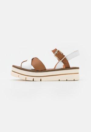 Sandalias con plataforma - blanco/tabaco