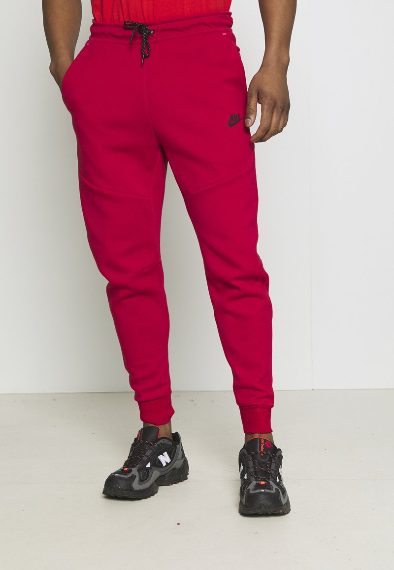 Nike Sportswear - TONE - Pantalon de survêtement - gym red/fusion red