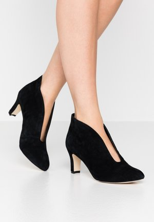 LEATHER ANKLE BOOTS - Nilkkurit - black