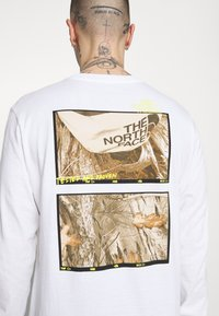The North Face - BASE FALL GRAPHIC TEE - Long sleeved top - white - 5
