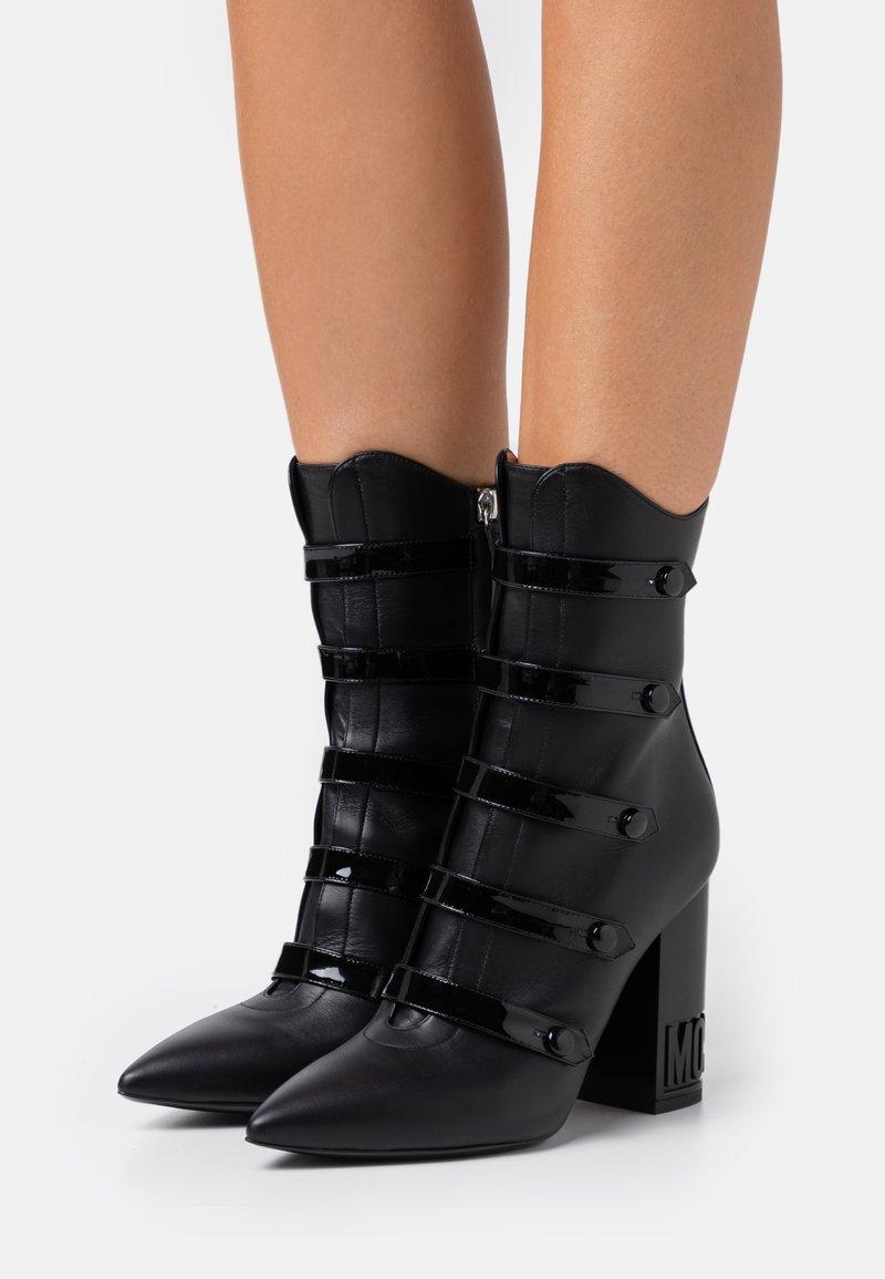MOSCHINO - Kotníková obuv na vysokém podpatku - nero
