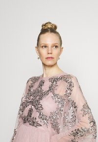Maya Deluxe - CAPE SLEEVE MAXI DRESS WITH FLORAL EMBELLISHMENT - Ballkjole - frosted pink - 3