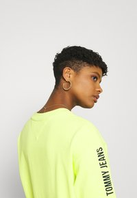 Tommy Jeans - LOGO TAPE TEE DRESS - Day dress - faded lime/multi - 4