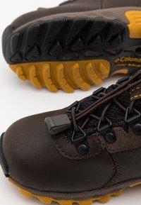 Columbia - CHILDRENS NEWTON RIDGE UNISEX - Hiking shoes - cordovan/golden yellow - 5