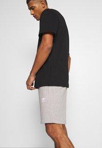 adidas Originals - ESSENTIAL UNISEX - Shorts - mottled dark grey - 3