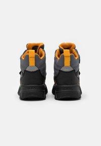 Geox - NEVEGAL BOY ABX - Śniegowce - dark grey/yellow - 2