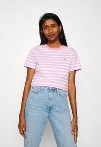 Tommy Jeans - CLASSICS STRIPE TEE - T-shirts print - pink daisy - 0