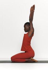Nike Performance - THE YOGA LUXE TANK - Topper - rugged orange/light sienna - 1