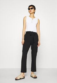 Vero Moda - VMSIMPLY EASY PAPERBAG PANT - Bukse - black - 1