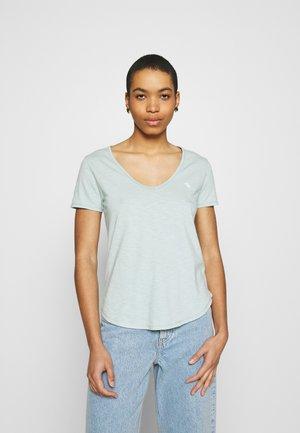 ICON VNECK TEE - Basic T-shirt - light blue