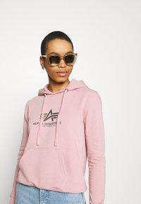 Alpha Industries - NEW BASIC HOODY PRINT - Sweatshirt - silver/pink - 3