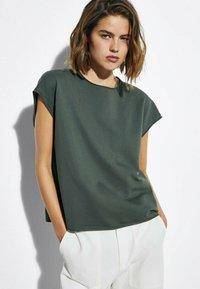 Massimo Dutti - MIT WELLENDETAIL - Basic T-shirt - khaki - 0