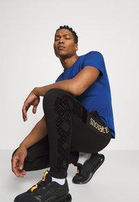 Glorious Gangsta - GALVEZ JOGGER - Pantalon de survêtement - black/gold - 4