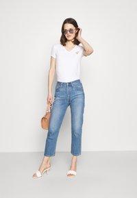 Guess - MINI TRIANGLE - T-shirts med print - true white - 1