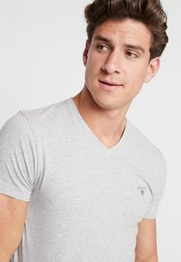 GANT - ORIGINAL SLIM V NECK - T-shirt - bas - light grey melange - 4