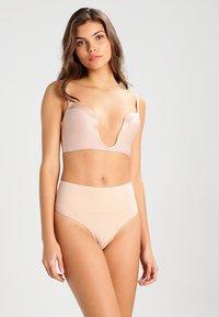 Spanx - THONG - Stahovací prádlo - soft nude - 1