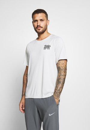 RISE - T-shirt print - light bone/reflective silver