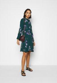 Vero Moda Petite - VMANNIE DRESS - Košilové šaty - ponderosa pine/hallie - 1