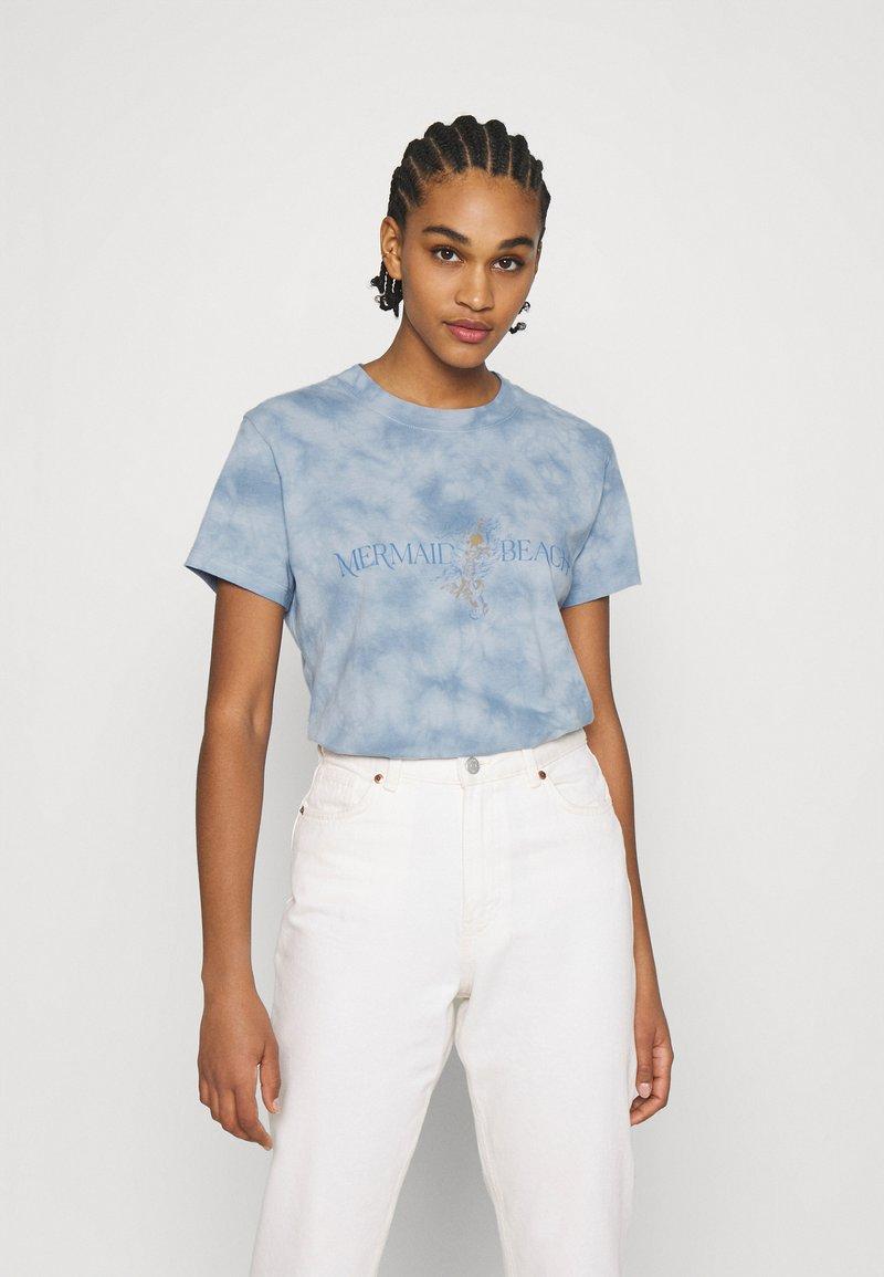 Cotton On - CLASSIC TEE - Print T-shirt - mermaid beach/washed blue