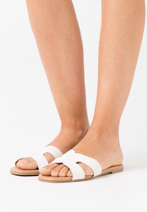 FRESCO - Pantolette flach - white