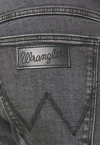 Wrangler - LARSTON - Jeans slim fit - husky black - 4