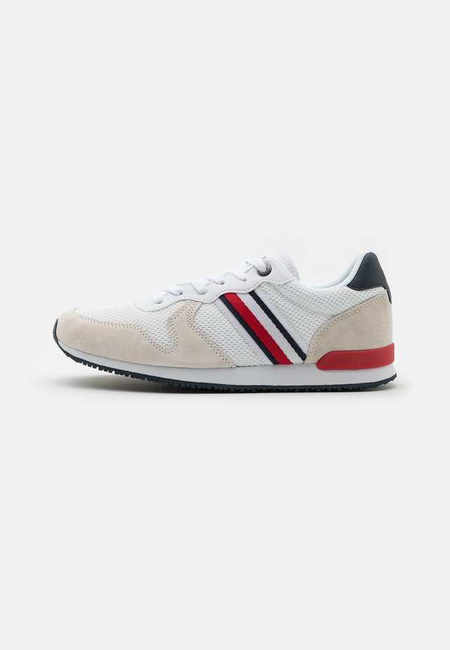 ICONIC RUNNER - Sneakersy niskie - red/white/blue