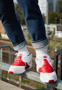 Reebok Classic - ANSWER V  - Trainers - white/red - 7