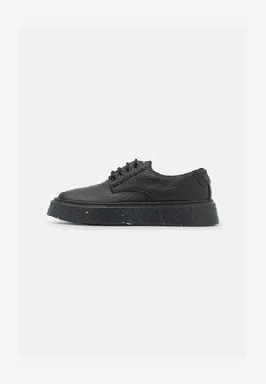 Sznurowane obuwie sportowe - elefante/nero