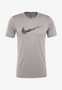 Nike Performance - TEE - T-shirt med print - grey heather - 3