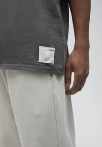 PULL&BEAR - LOOSE-FIT - Basic T-shirt - mottled dark grey - 4