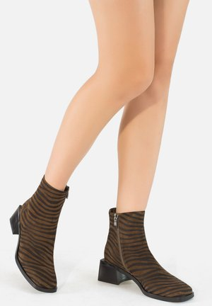 Ankle boots - zebra-oliv