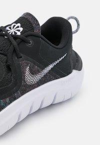 Nike Performance - FLEX 2021 RN - Obuwie do biegania treningowe - black/white/dark smoke grey - 5