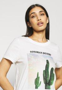 ONLY - ONLLALA LIFE - T-shirt imprimé - cloud dancer - 4