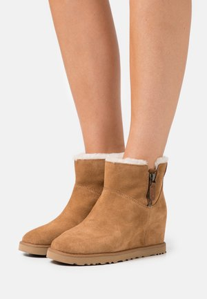 CLASSIC FEMME ZIP MINI - Wedge Ankle Boots - chestnut