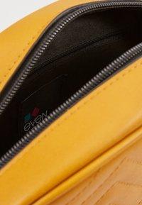 Even&Odd - Taška spříčným popruhem - dark yellow - 4