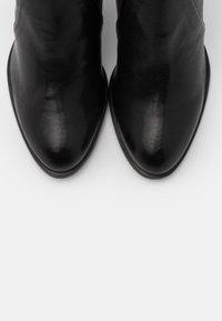 Stuart Weitzman - HIGHLAND - Kozačky na vysokém podpatku - black - 5