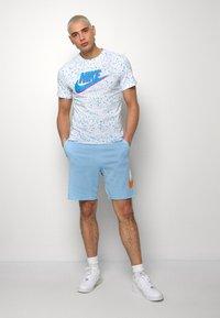 Nike Sportswear - M NSW HE FT ALUMNI - Shorts - psychic blue/sail - 1