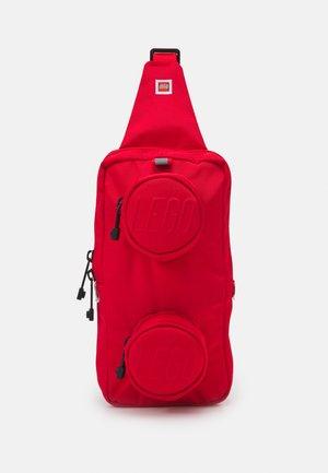 BRICK 1X2 SLING BAG UNISEX - Taška spříčným popruhem - bright red
