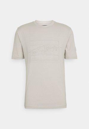 SIGNATURE BOX FRONT TEE - Print T-shirt - sand