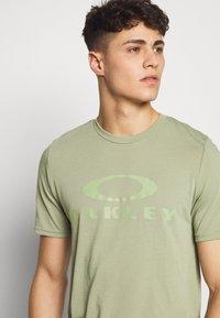 Oakley - BARK - T-Shirt print - olive - 4