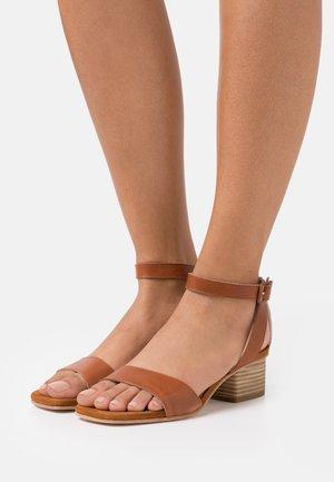 KRUCES - Sandály - saddle