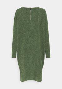 Vero Moda - VMAMAIMARCO O NECK DRESS - Strikket kjole - black forest melange - 1