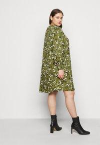 New Look Curves - AMELIE FLORAL SMOCK - Denní šaty - green - 4