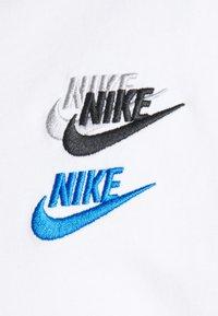 Nike Sportswear - TEE CLUB ESSENTIALS - T-shirt med print - white - 2