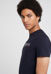 Emporio Armani - Print T-shirt - blu navy - 3