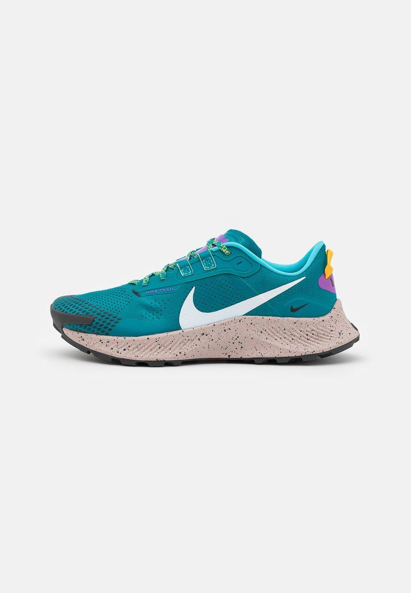 Nike Performance - PEGASUS TRAIL 3 - Trail hardloopschoenen - mystic teal/dark smoke grey/universe gold/wild berry/fossil stone/turquoise blue
