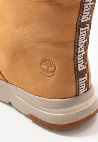 Timberland - MABEL TOWN WP PULL ON - Śniegowce - wheat - 2