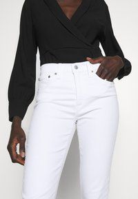 J.CREW TALL - LOOKOUT HIGH RISE - Jeans Slim Fit - white - 4