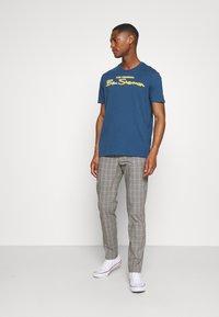 Ben Sherman - SIGNATURE FLOCK TEE - Print T-shirt - indigo - 1